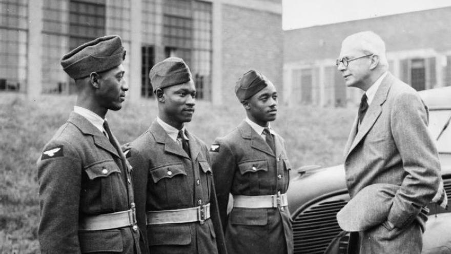 El secretario de Estado para las Colonias de Reino Unido conversando con tres voluntarios durante un desfile militar celebrado entre 1939 y 1945.