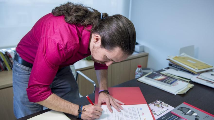 Pablo Iglesias firmando el manifiesto de CRTVE
