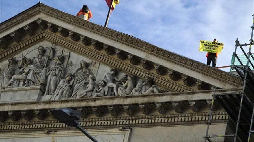 El juez archiva la causa por la escalada de Greenpeace al tejado del Congreso