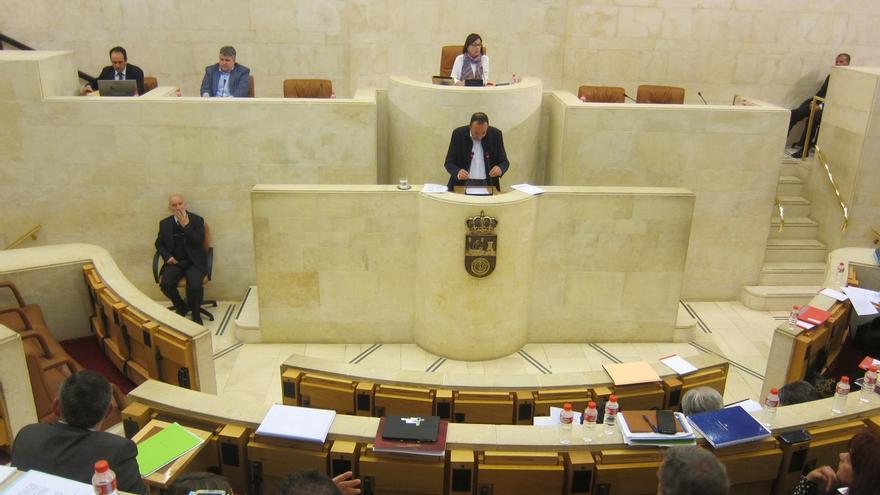El Pleno del Parlamento debatirá este lunes sobre los contratos del SCS, el lobo, los pactos de educación y el marisqueo