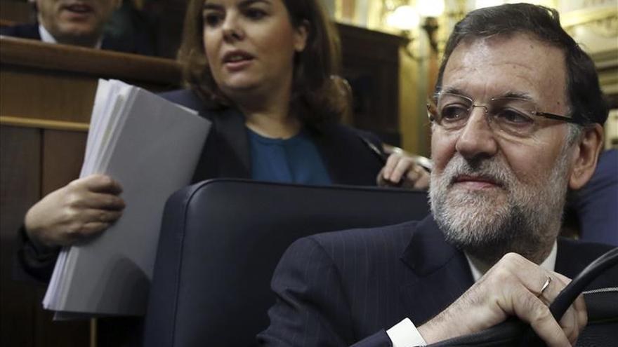 El presidente del Gobierno, Mariano Rajoy (d), la vicepresidenta Soraya Sáenz de Santamaría (c), y el portavoz parlamentario del PP, Rafael Hernando (i), en el Congreso. / Efe