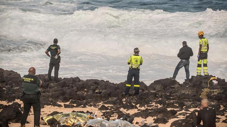 Servicios de emergencias en la costa de Lanzarote, donde volcó una patera este miércoles y al menos 7 personas perdieron la vida. EFE/ Javier Fuentes