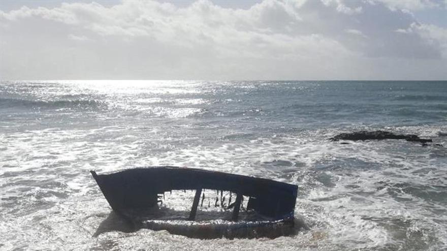 Fotografía facilitada por la Guardia Civil del estado en el que quedó la patera tras chocar contra una roca en la playa de Caños de Meca (Cádiz).