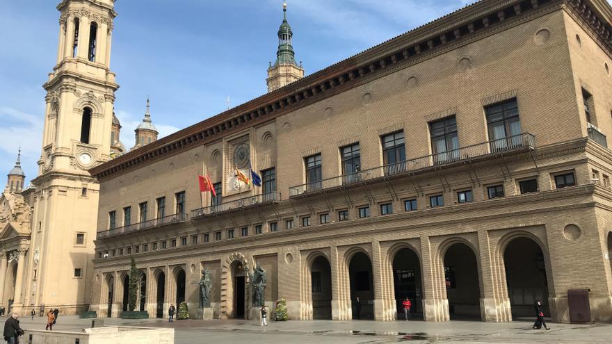 El Ayuntamiento de Zaragoza, con torre del Pilar al fondo, sin gente en la calle.