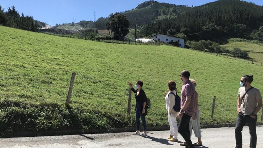 Pilar Garrido pasea por las inmediaciones del vertedero de Zaldibar