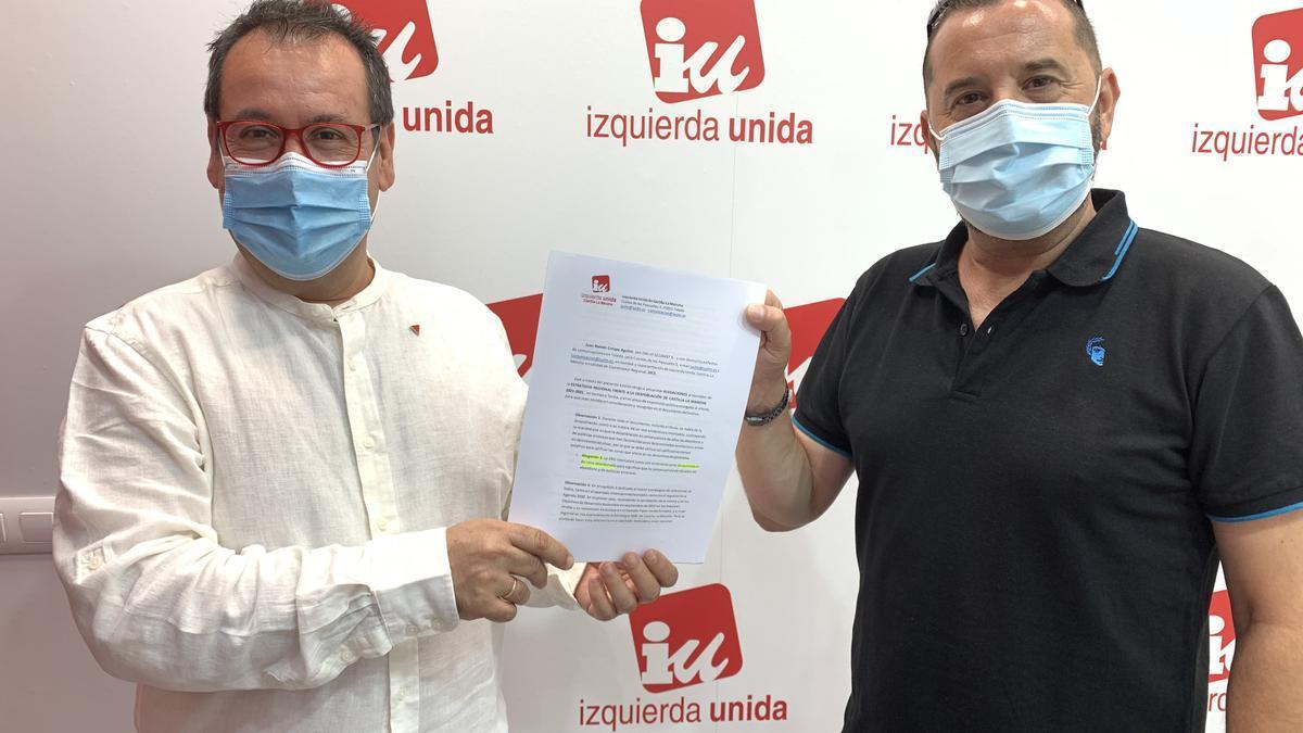 Juan Ramón Crespo, coordinador regional de IU Castilla-La Mancha (izq) firma las alegaciones