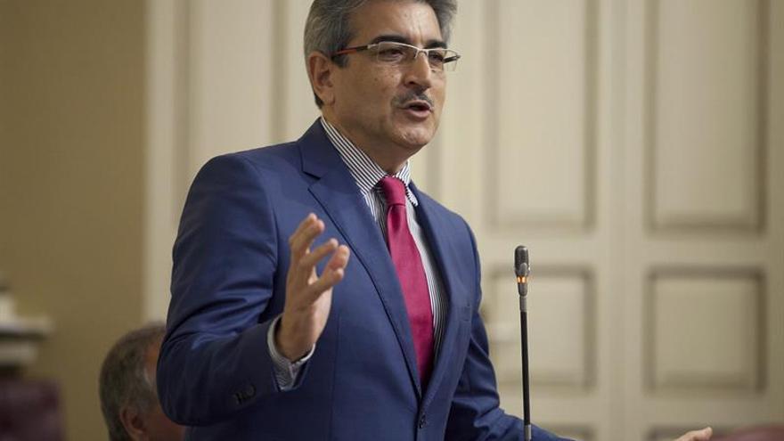 El diputado de Nueva Canarias, Román Rodríguez, interviene en el pleno del Parlamento de Canarias. EFE/Ramón de la Rocha