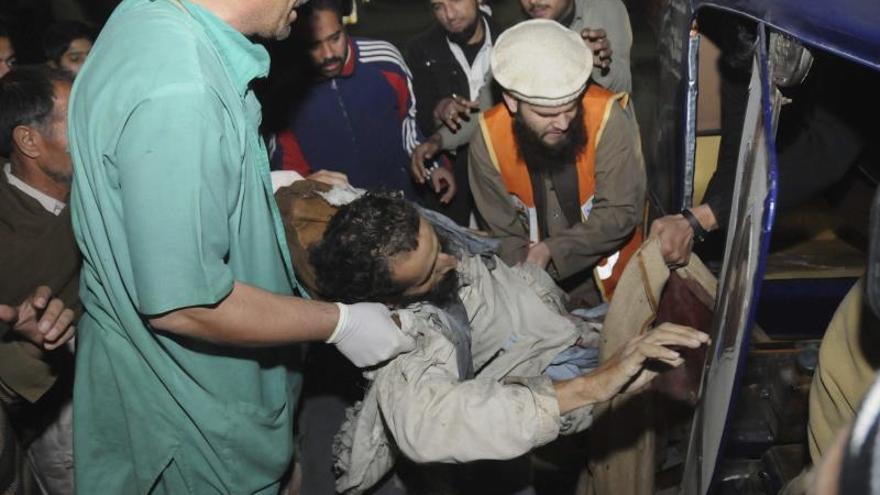 Una bomba colocada en una vía mata a 3 pasajeros de un tren en Pakistán