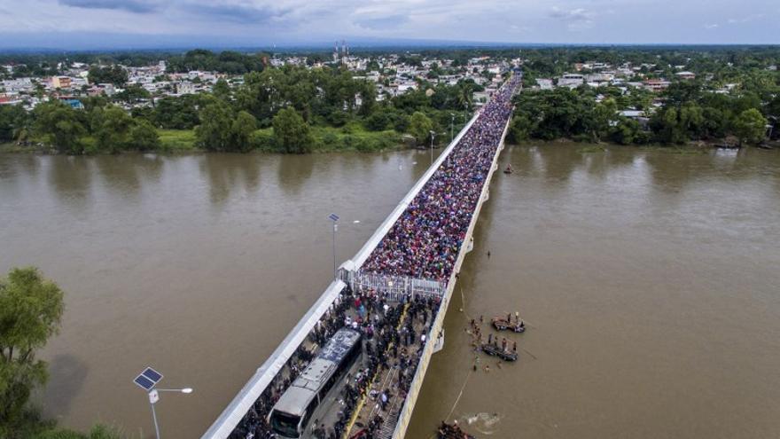 Caravana de inmigrantes hondureños en el puente de la frontera con Mexico de Ciudad Hidalgo (Associated Press)