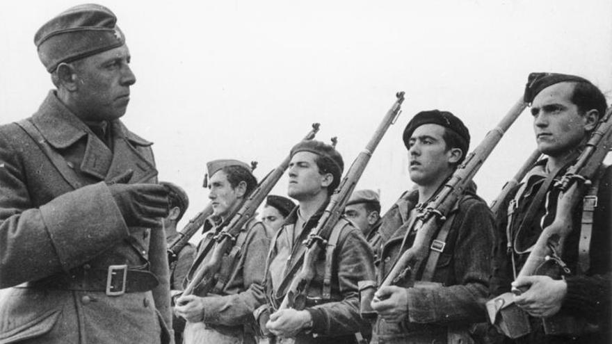 Un oficial alemán de la Legión Cóndor pasa revista a los cadetes de infantería franquista en Ávila.