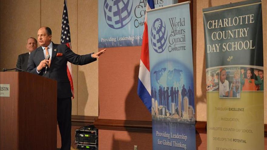 El presidente de Costa Rica sostiene un encuentro con sus compatriotas en Atlanta