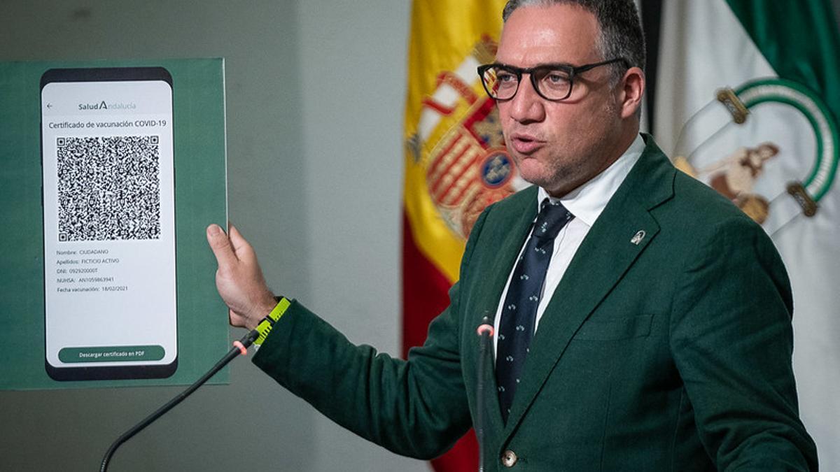 Elías Bendodo, portavoz del Gobierno de Andalucía, muestra el código QR que la Junta ha previsto para que los inmunizados contra la Covid-19 puedan moverse con más libertad.