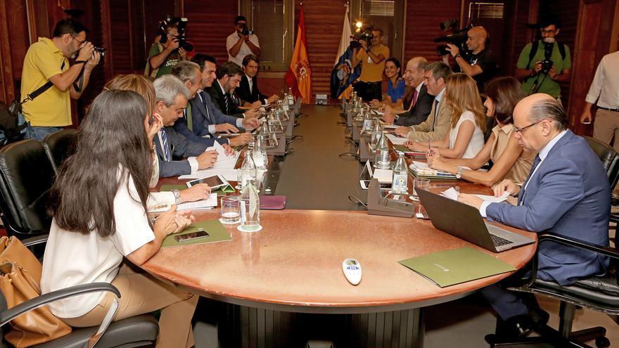 Reunión entre miembros del Gobierno de España y el de Canarias (ALEJANDRO RAMOS)