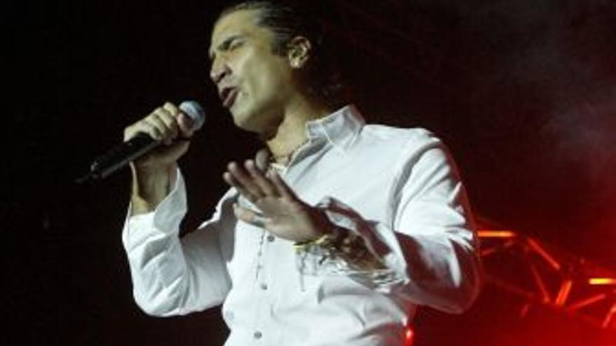 Alejandro Fernández, durante un concierto, en una foto de archivo. (CANARIAS AHORA)