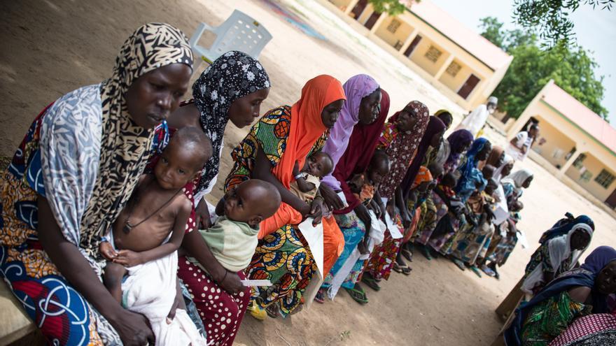 Varias madres esperan con sus hijos para la evaluación nutricional en Beni Shiekh. Muchas veces, las madres no saben que su hijo está desnutrido pero lo llevan al médico por otra enfermedad, porque lo ven más débil y enfermo. La mayoría de los niños son desplazados pero viven con la comunidad local. MSF atiende a ambas comunidades.  Fotografía: Ikram N'gadi.