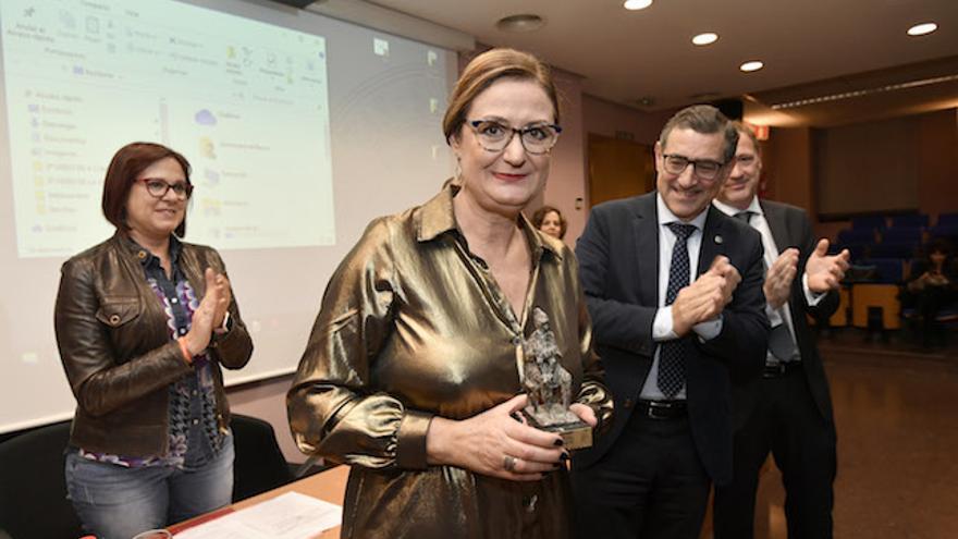La galardonada junto al rector de la UM y la consejera de Mujer, Igualdad, LBTBI, Familias y Política Social