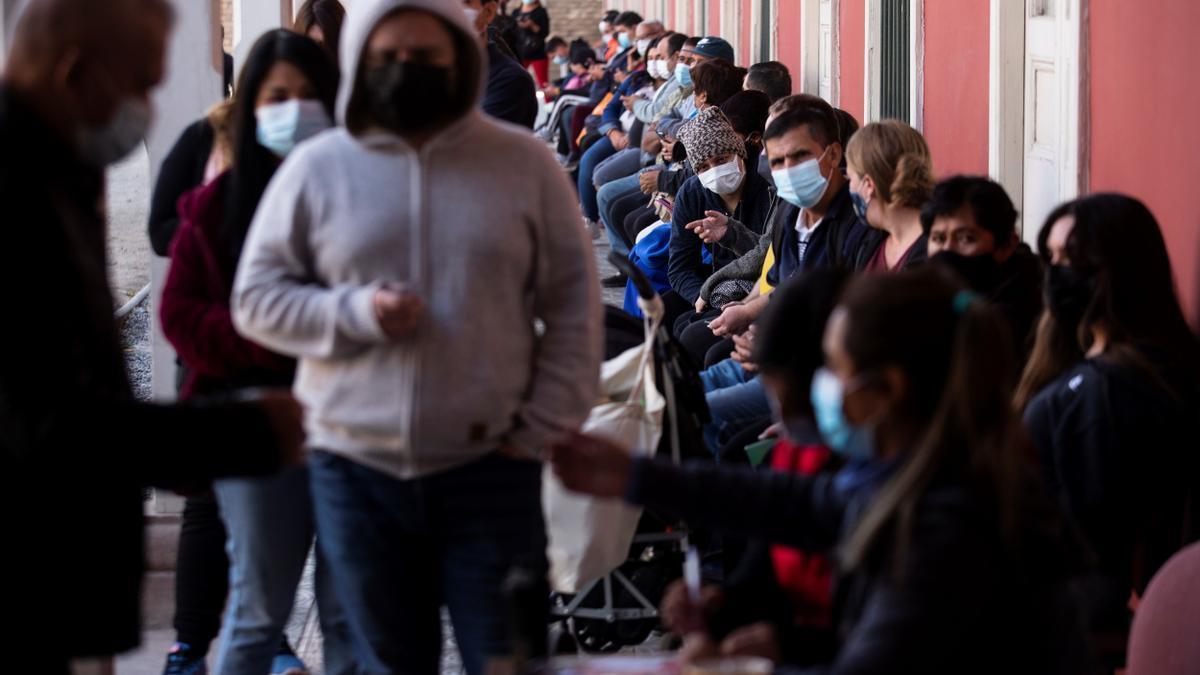 Un grupo de personas espera para recibir una dosis de la vacuna china Sinovac contra la covid-19, el 22 de abril del 2021 en un centro de vacunación de Santiago (Chile).