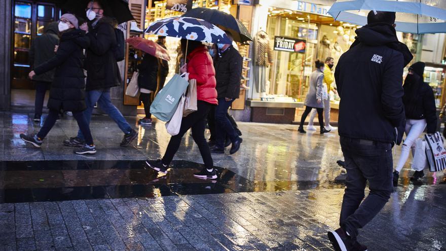 Archivo - Transeúntes caminan cerca de una zona comercial en la calle de Preciados, en Madrid