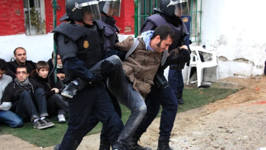 Uno de los actitvistas que intentaba parar el desahucio de 2011, desalojado por policías / Fotogracción