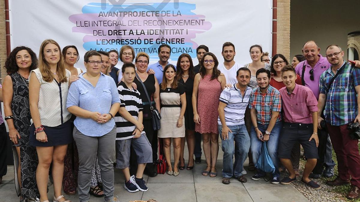 La vicepresidenta del Consell, Mónica Oltra, junto a representantes LGTB de los partidos y organizaciones que participaron en el proyecto de Ley Trans