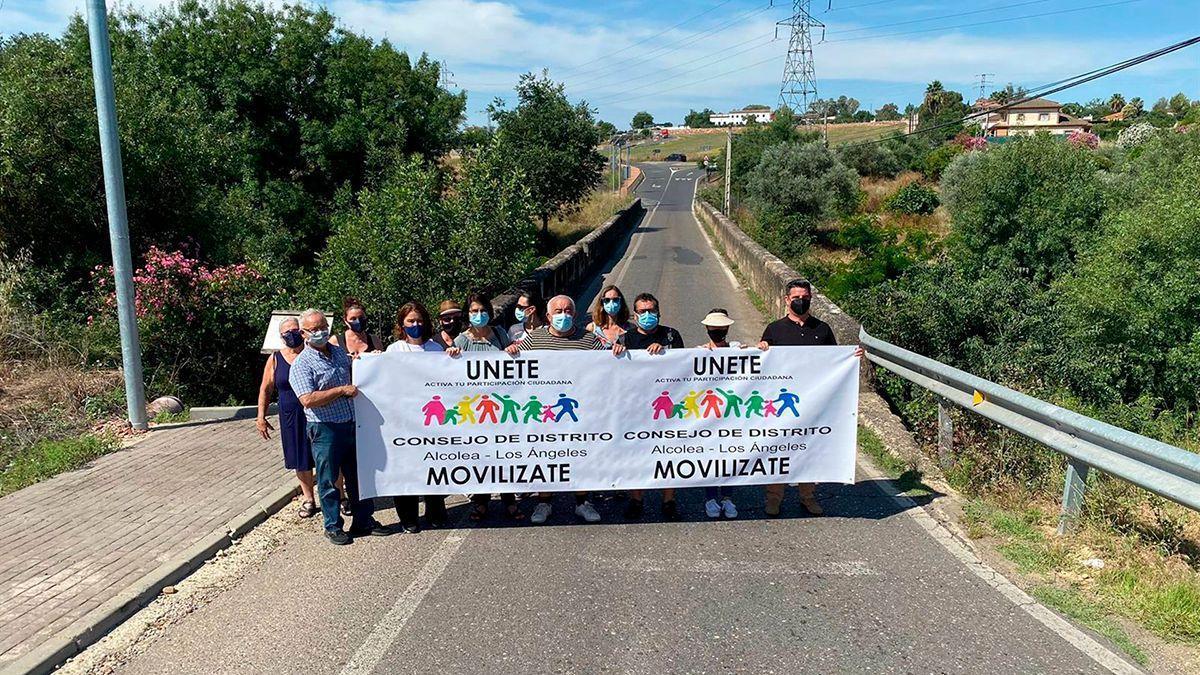 Concentración de vecinos pidiendo el puente en Alcolea.