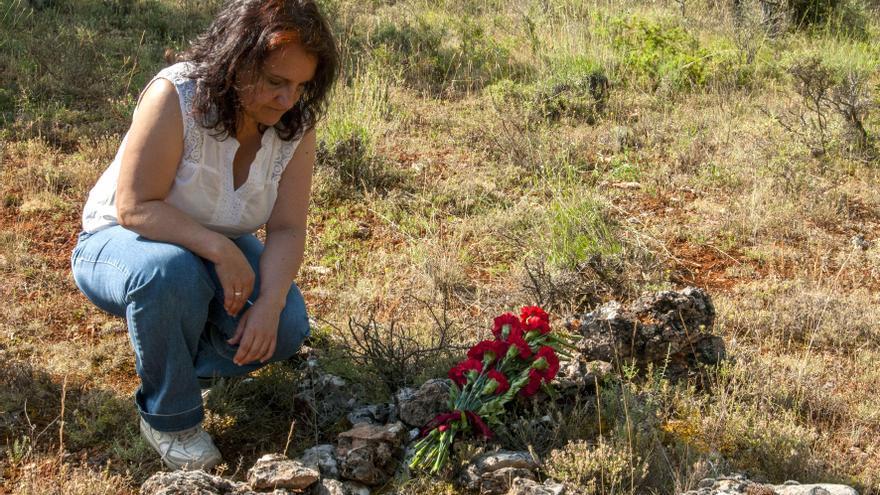 Ana Andaluz deposita flores en el lugar en que se cree que fue enterrado su abuelo / Foto: Anna Turbau