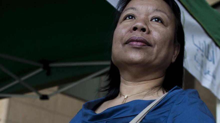 Gemma Justo, trabajadora doméstica filipina y activista, muestra la bolsa del Congreso Fundacional de la Red Internacional de las Trabajadoras Domésticas // FOTO: Oriol Andrés Gallart