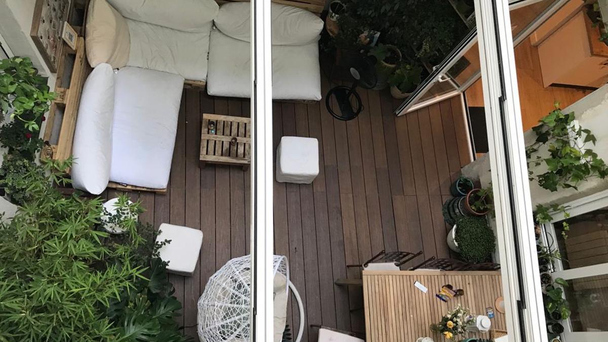 Los vecinos de Esgrima 5 aseguran que el uso no autorizado del patio de luces que hacen los turistas no les deja descansar. El propietario de la VUT ha montado un 'chill out' en esta zona comunal, techándola