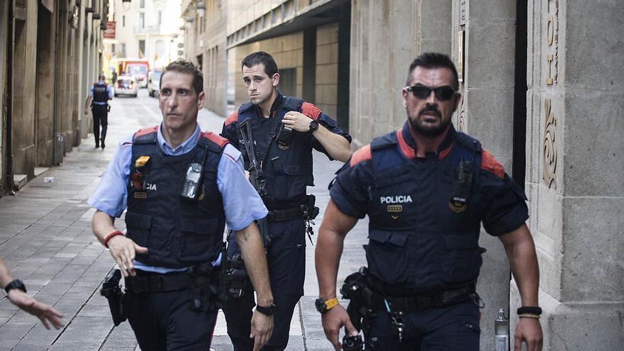 Operativo policial en la calle Sant Pau con la Rambla tras el atropello masivo
