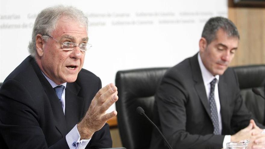 El presidente del Gobierno de Canarias, Fernando Clavijo (d), y el vicepresidente de Exceltur, José uis Zorega, presentaron los resultados para el archipiélago del Estudio de Impacto Económico del Turismo (Impactur). EFE/Cristóbal García