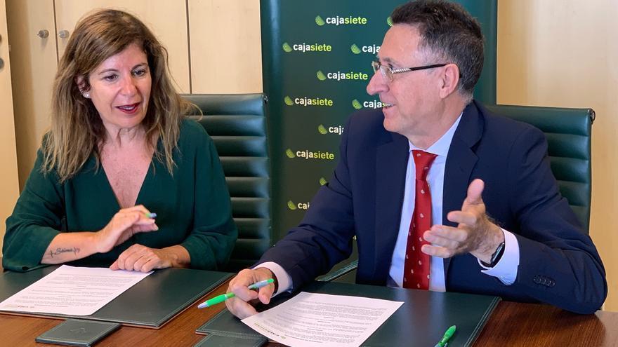 Teresa de la Rosa y Fernando Berge, en el momento de la firma del convenio
