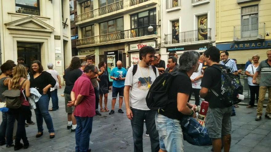 Concentración de trabajadores y ciudadanos en favor de la readminisión de Pilar Escobar