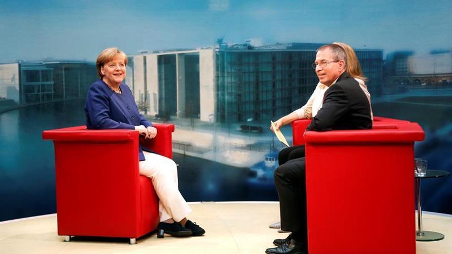 Merkel dice que no piensa dejar el cargo a mitad de mandato si es reelegida