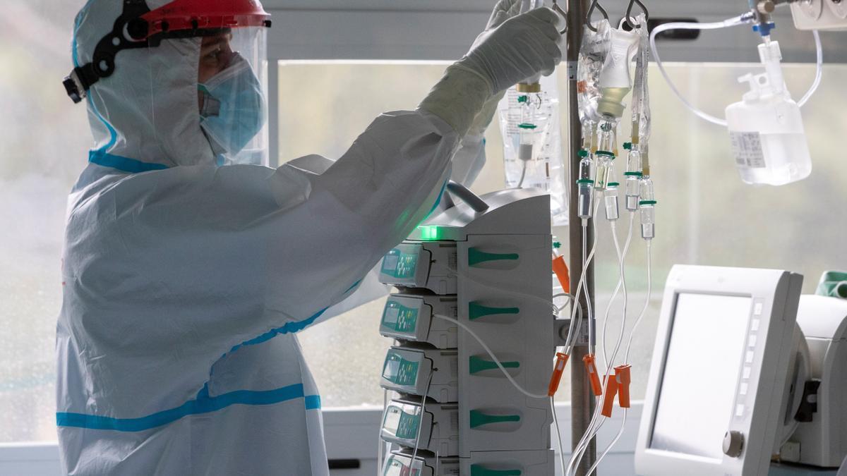 Un sanitario trabaja en la Unidad de Cuidados Intensivos (UCI). EFE/Javier Belver/Archivo