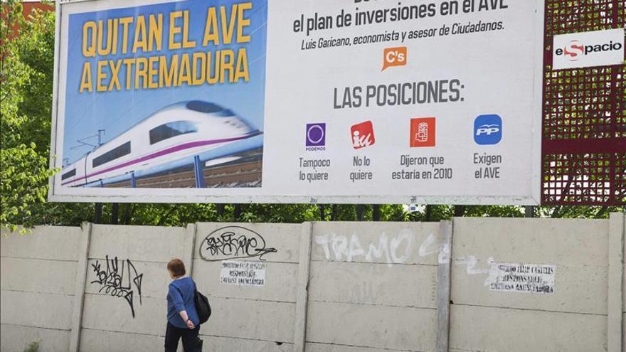 Un empresario extremeño paga un cartel frente a Chamartín para exigir el AVE