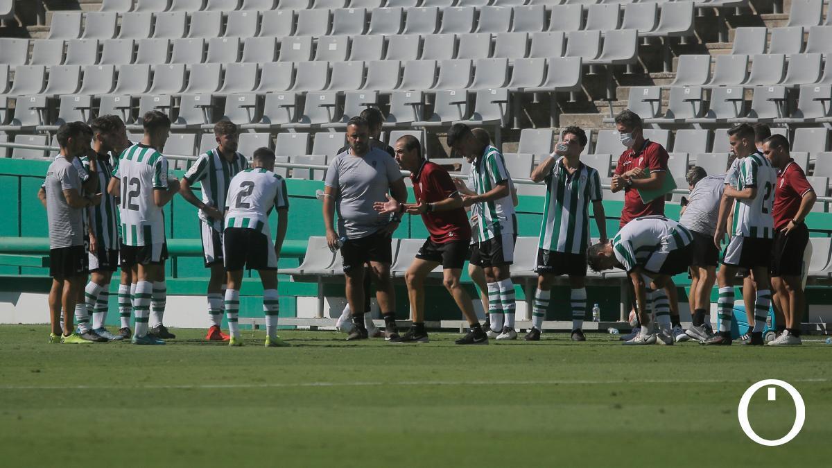 Jugadores del Córdoba CF 'B' durante una pausa en un partido
