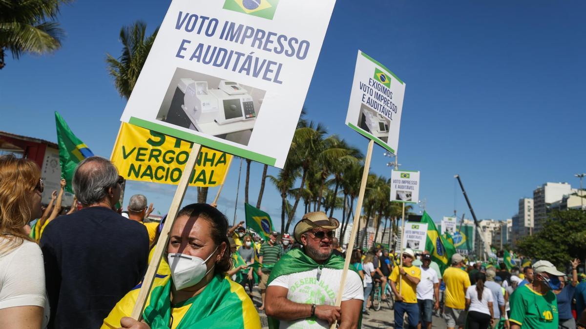 Seguidores del presidente de Brasil participan en una masiva movilización a favor del voto impreso