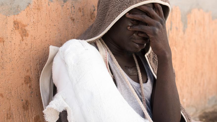 Una persona refugiada llora en Tripoli, Libia, tras ser capturada por policía anti-migración en un bote con destino a Italia © TAHA JAWASHI