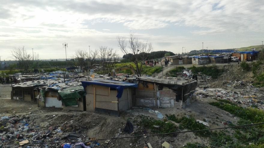 La basura y los escombros de casas derribadas son el ambiente que rodea a los menores./ Juan Medina.