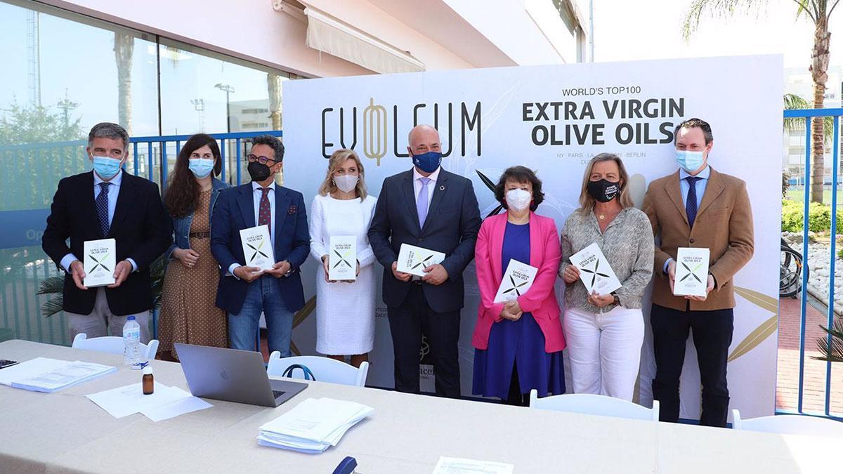 El presidente de la Diputación de Córdoba, Antonio Ruiz (cuarto por la dcha.), en la cata final del concurso de la Guía Evooleum Top 100.
