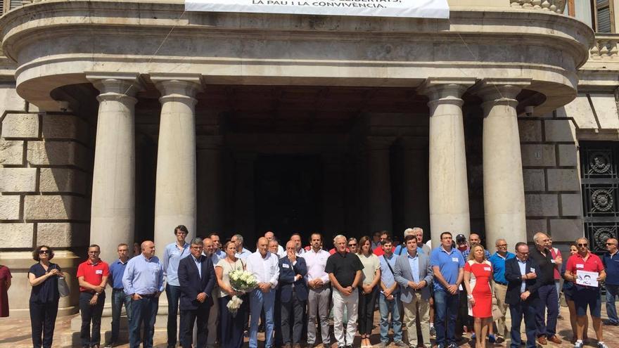 La concentración a las puertas del Ayuntamiento de València, con el alcalde Joan Ribó a la cabeza y la pancarta conmemorativa