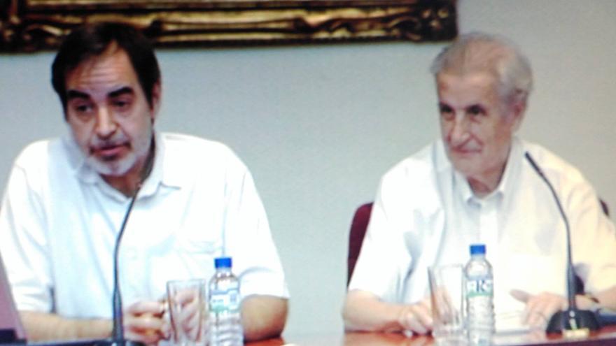 José Monleón (derecha) con el autor del artículo
