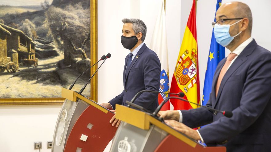 El vicepresidente de Cantabria y consejero de Universidades, Igualdad, Cultura y Deporte, Pablo Zuloaga (izda), presenta los presupuestos de su departamento para 2021 junto al secretario general de la Consejería, Santiago Fuente
