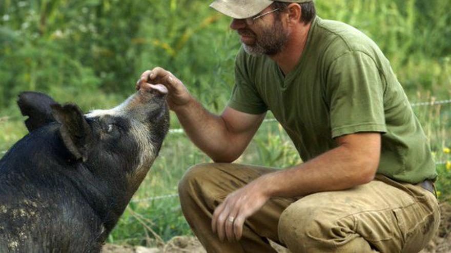 Bob Comis con uno de sus animales ©The Last Pig