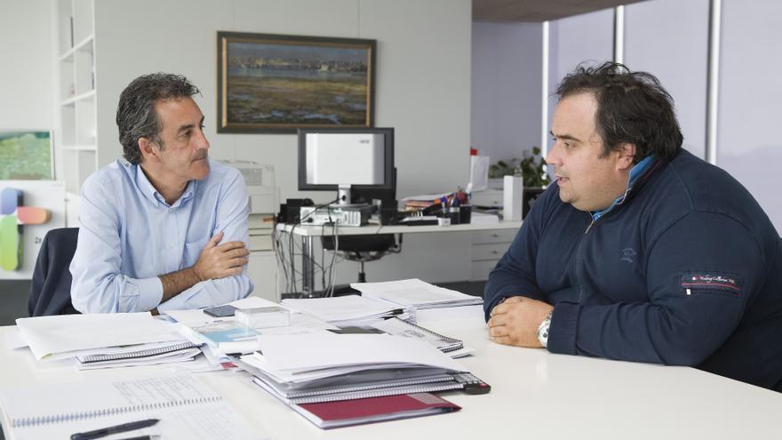 Francisco Martín en una reunión con el alcalde de Castañeda, Santiago Mantecón. | PATRICIA GARCÍA