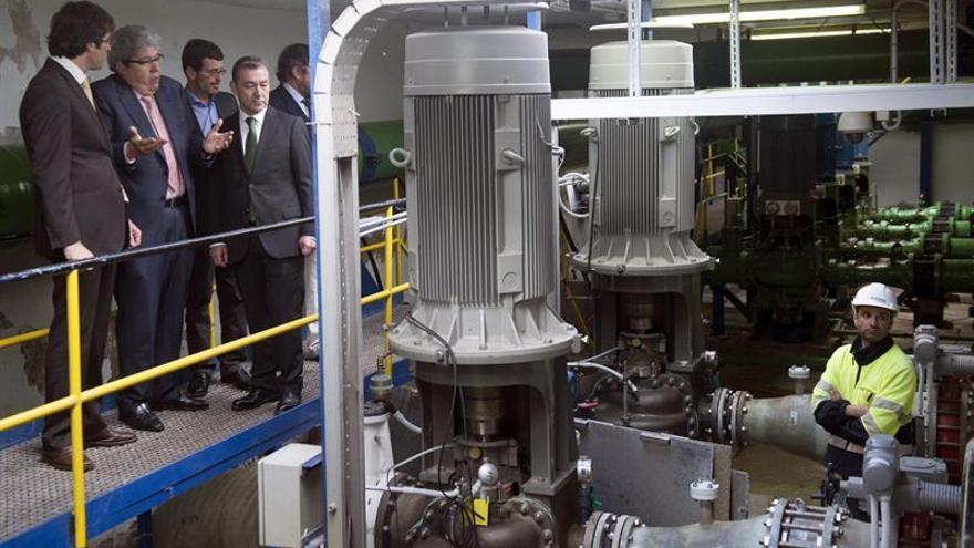 """El presidente del Gobierno canario, Paulino Rivero, visita las obras de montaje de la nueva planta desalinizadora """"Lanzarote V""""."""