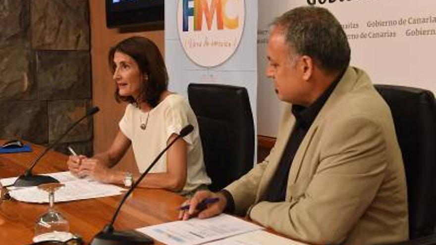 El director del Festival de Música de Canarias, Nino Díaz, y la consejera de Cultura del Gobierno de Canarias, María Teresa Lorenzo, durante la presentación de la 33 edición.