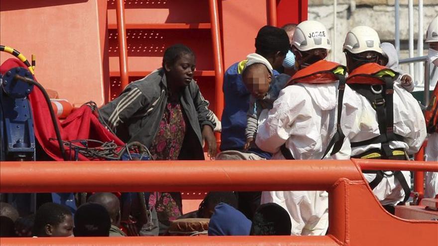 Los españoles responsabilizan más al Gobierno que a la UE de la inmigración