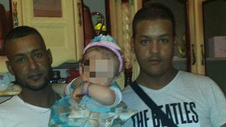 Mohamed Bouderbala, a la izquierda, en la casa familiar | Foto cedida