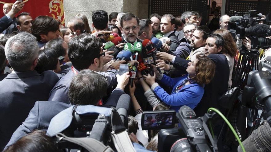 Mariano Rajoy declarando ante una melé de periodistas. (eldiario.es)